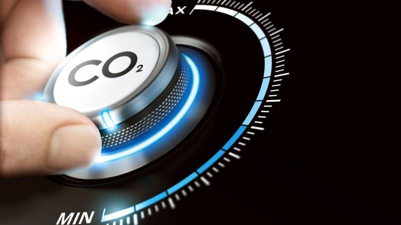 Hand dreht Knopf mit Aufschrift CO2 nach unten