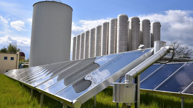Solare Fernwärme Brühl (Chemnitz), Kollektorfeld mit hocheffizienten Flachkollektoren, Zwei-Zonen-Speicher
