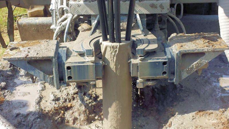 Gezeigt ist der Einbau einer Erdwärmesonde auf einer Baustelle.