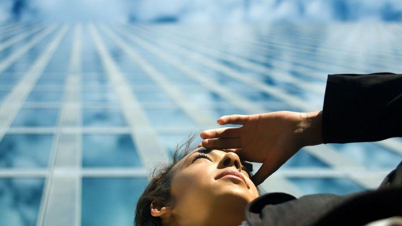 PerspektivTag Jugend Forscht: Junge Frau schaut in die Ferne