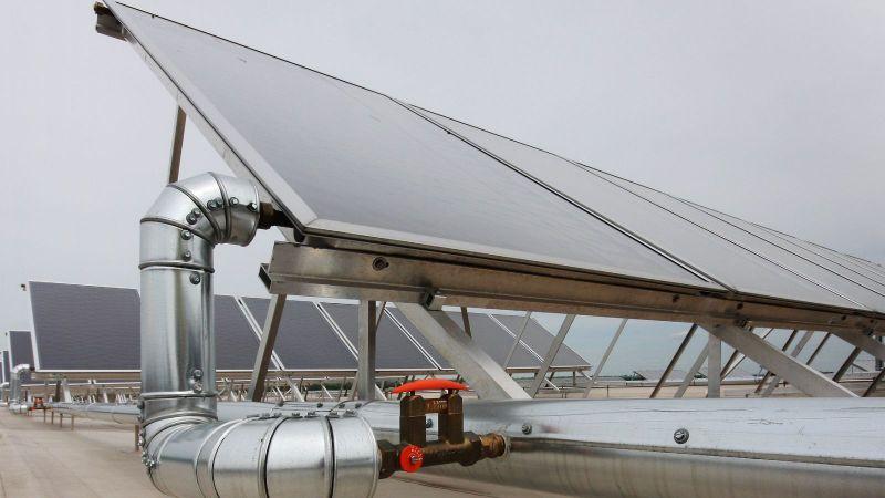 Ein Solarthermie-Kollektor auf einem Dach.