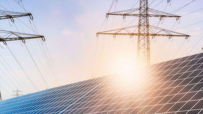 Photovoltaikmodule vor Stromleitungen