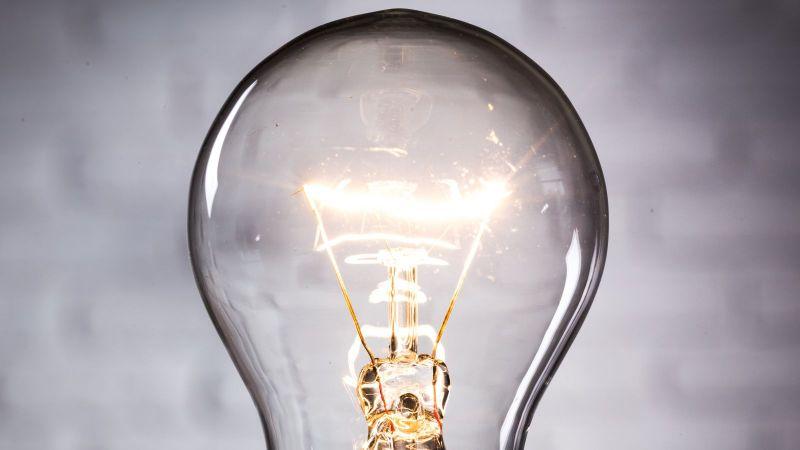 Eine Glühbirne, gezeigt in einer Nahaufnahme, leuchtet.
