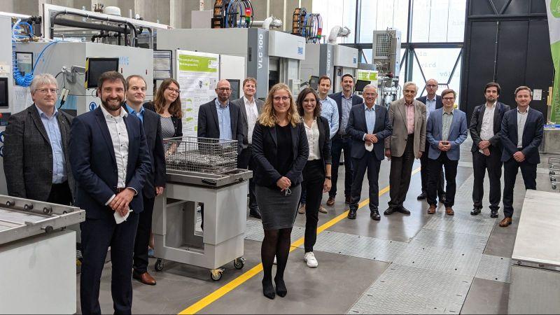 Forschende von EE4InG sowie Vertreterinnen und Vertreter vom BMWi und vom Projektträger Jülich trafen sich zum Abschlusstreffen in der ETA-Fabrik der TU Darmstadt
