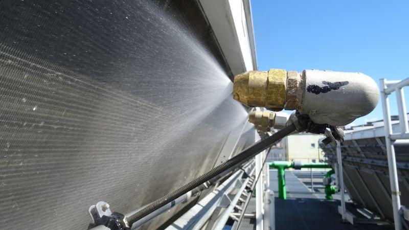 EnEffReg - Energieeffizienz in der intelligenten Fabrik: Besprühungsanlage mit smartem Steuerungssystem im Hintergrund.